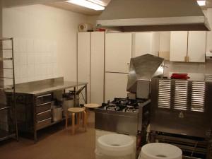 Uusittu, suurkeittiökoneet sisältävä keittiö